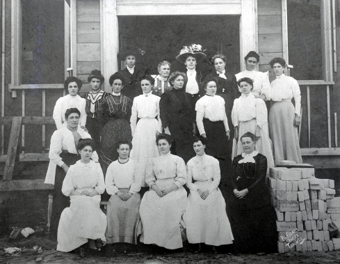 Rhodes Avenue Presbyterian Church Ladies Aid group, 1909. Courtesy of the Toronto Public Library Digital Collections.