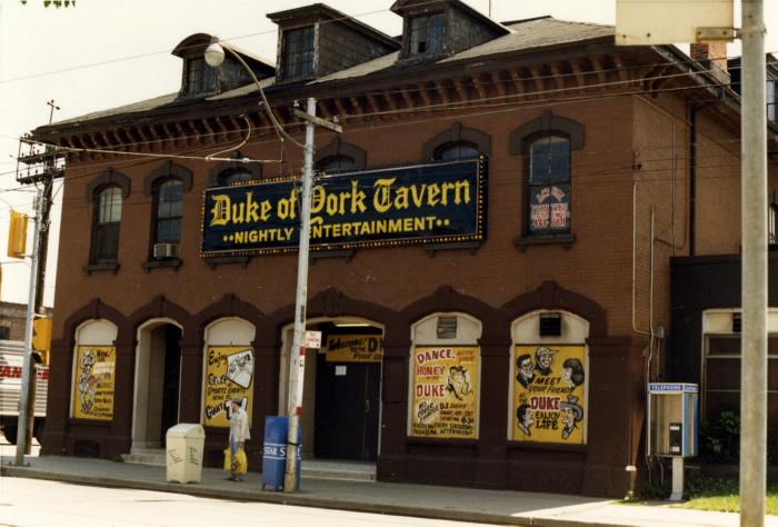 Duke of York Hotel Tavern e Leslie & Queen St. E 1986 TPL