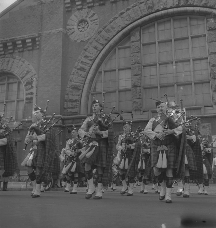 48th-highlanders-group-of-service-men-marching-1939-1951-narch-pipers