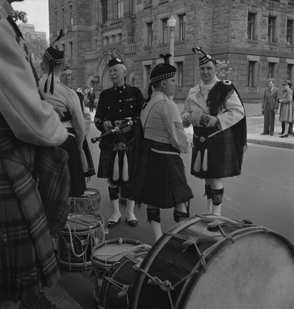 48th-highlanders-unidentified-band-members-taking-a-break-1939-1951-narch