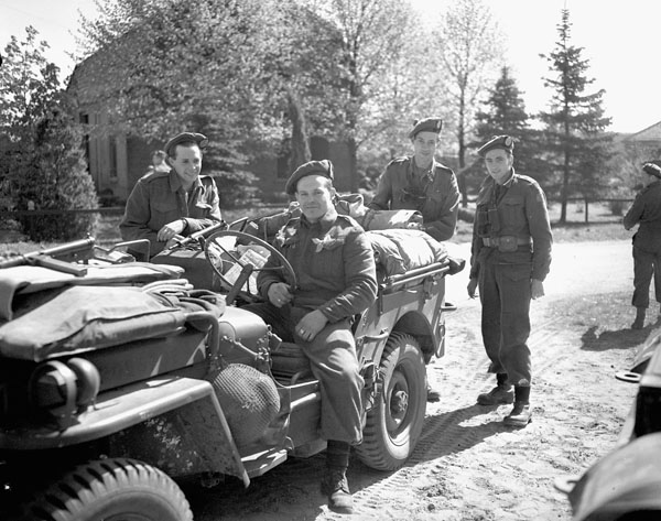 infantrymen-of-the-48th-highlanders-of-canada-preparing-to-sweep-the-area-between-apeldoorn-and-harderwijk-netherlands-19-april-1945-narch